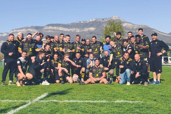 Le XV du SOC Rugby Chambéry tout sourire après sa quatrième victoire de la saison contre Narbonne ce dimanche.
