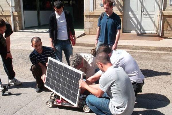 Stagiaires de la formation professionnelle au Greta Haute-Vienne associés au projet de voitures solaires miniatures