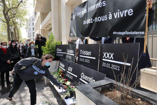Le 17 avril, à Paris, un hommage avait été rendu aux internes qui avaient mis fin à leur jour. Depuis le début de l'année, on compte un à deux suicides par mois.