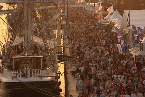 Foule sur les quais de l'Armada de Rouen au coucher du soleil-  Archives
