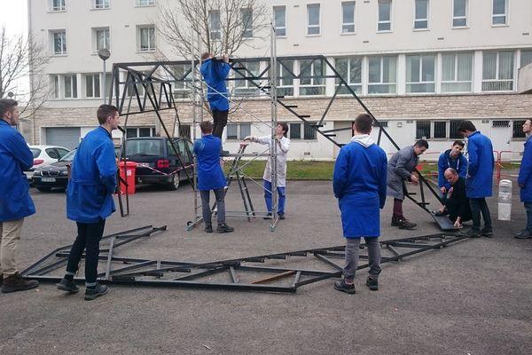 Les étudiants de l'IUT d'Angoulême travaillent sur les décors de Carmen, le 13 février 2017.