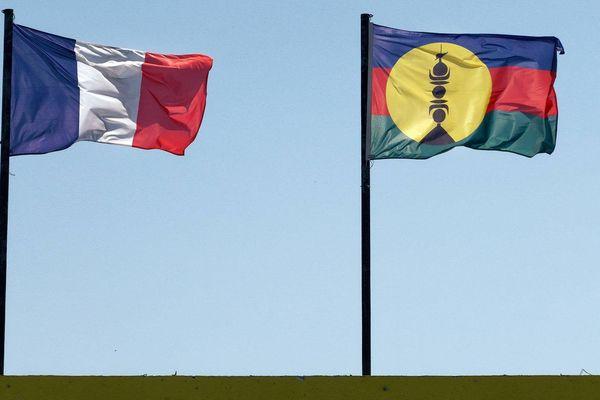 Les drapeaux français et kanaks sur une mairie en Nouvelle-Calédonie.