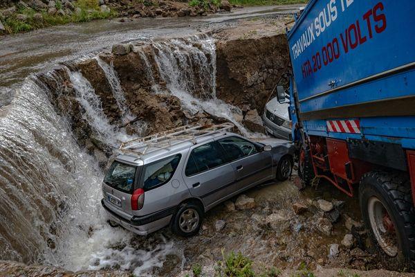 Des véhicules emportés par l'inondation du 12 juin 2020 à Saint-André-de-Majencoules dans les Cévennes gardoises. 12 juin 2020.