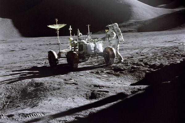 Le 31 juillet 1971, Apollo 15 débarquait sur la Lune avec à son bord les astronautes Jim Irwin et David Scott ainsi que LRV (Lunar Roving Vehicle), le premier véhicule tout-terrain à rouler sur un autre corps céleste que la Terre.