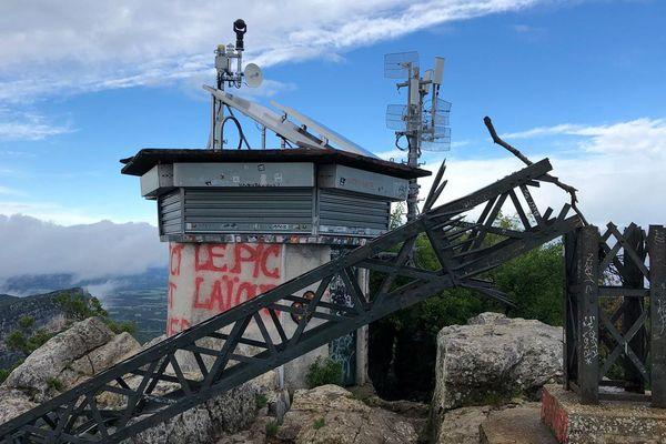 Hérault : la croix du Pic Saint-Loup, vandalisée et découpée, en équilibre au bord d'un précipice de 300 mètres - 11 mai 2020.