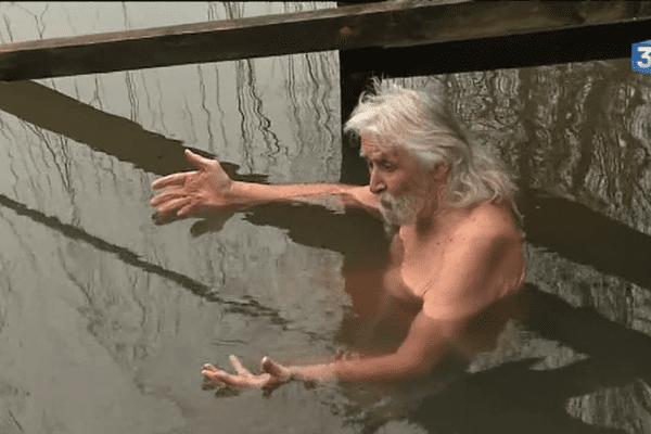 Maurice Daubard, 87 ans, est appelé le  « yogi des extrêmes ». Depuis plus de quarante ans, il voue un véritable culte au froid.