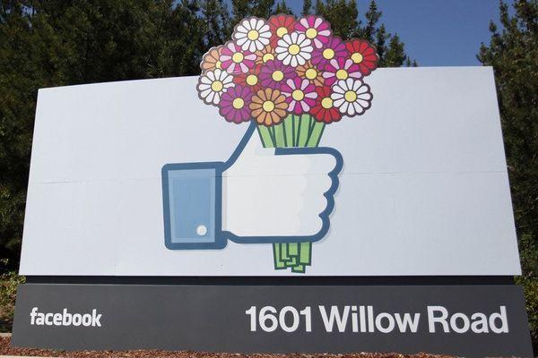 Un like fleuri à l'entrée du siège de Facebook en Californie