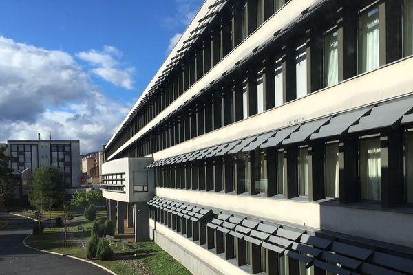 """En Haute Loire, le lycée Simone Weil du Puy-en-Velay paraît désert. Lundi 12 novembre, les élèves sont confinés à l'intérieur pour un """"exercice attentat."""""""