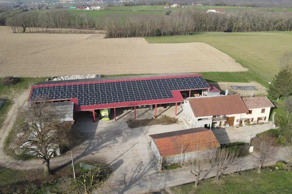 Le hangar de Jean-François Regard à Saint-Chef en Isère.