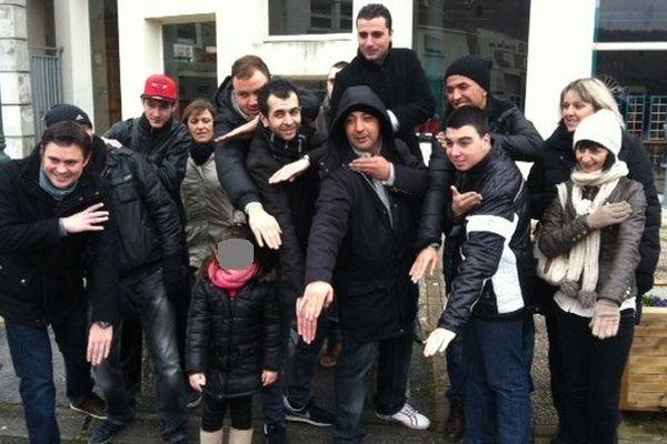 Geste anti-système ou salut-nazi inversé ? Les manifestants de Revin n'ont pas hésité à faire le geste de la quenelle devant notre caméra.
