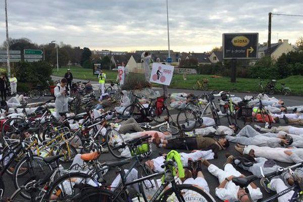 130 cyclistes ont observé 1 minute de silence en mémoire des victimes de la violence routière et se sont étendues sur la chaussée, à Nantes.