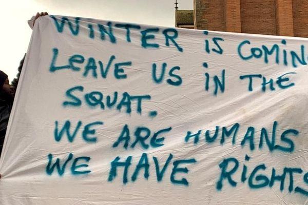 """""""L'hiver arrive. Laissez-nous dans le squat. Nous sommes des humains. Nous avons des droits"""""""