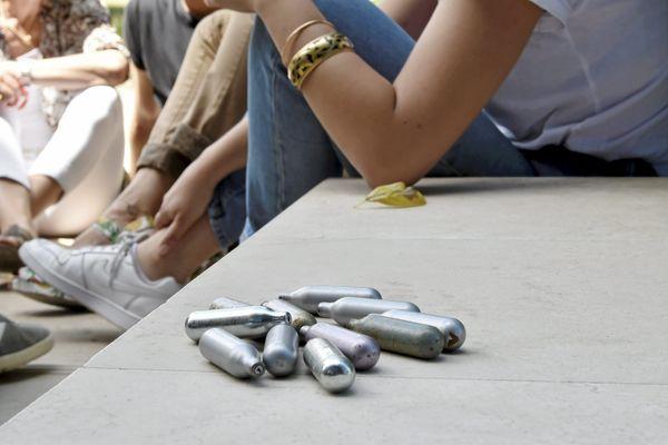 La ville de Cannes avait déjà interdit la consommation du protoxyde d'azote et sa vente aux mineurs, en raison de ses dangers sanitaires, environnementaux et sociétaux.