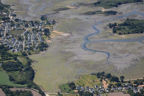 Si dans les grandes baies du Nord, la présence n'a jamais été aussi basse au début de saison, les algues vertes sont en revanche plus présentes dans le sud de la région, dans des zones un peu différentes, type vasières… C'est notamment le cas dans la ria d'Etel, comme on peut le voir sur ces photos aériennes prises le 21 avril.