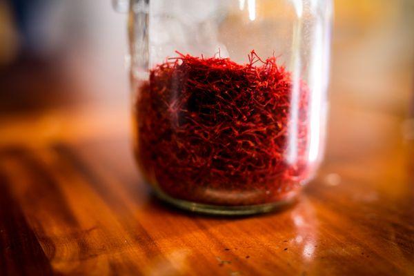 Une fois séché, le safran est confectionné dans des bocaux en verre.