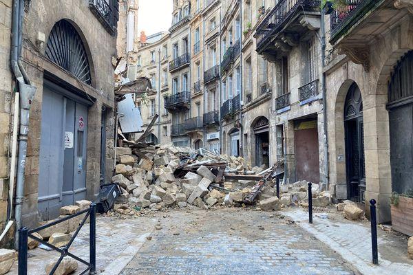 Les deux immeubles qui se sont effondrés se trouvaient dans le milieu de la Rue de la Rousselle, près de la courbe de cette rue historique de Bordeaux.