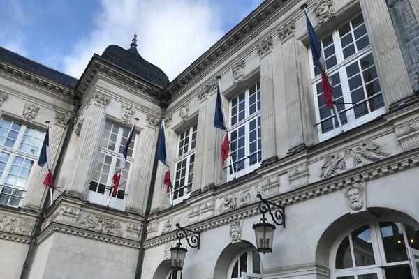 Les drapeaux en berne à la mairie de Nantes en hommage à Samuel Paty, le 20 octobre 2020