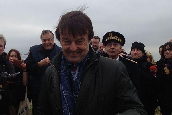 Nicolas Hulot a visité les éoliennes de Loué, lundi 8 janvier, en compagnie notamment du directeur des Fermiers de Loué Yves de La Fouchardière (derrière à gauche) et du préfet de la Sarthe, Nicolas Quillet (à droite du ministre).