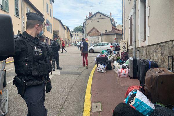 Les occupants du squat de l'avenue de la Révolution à Limoges, expulsés le 7 juillet 2021.