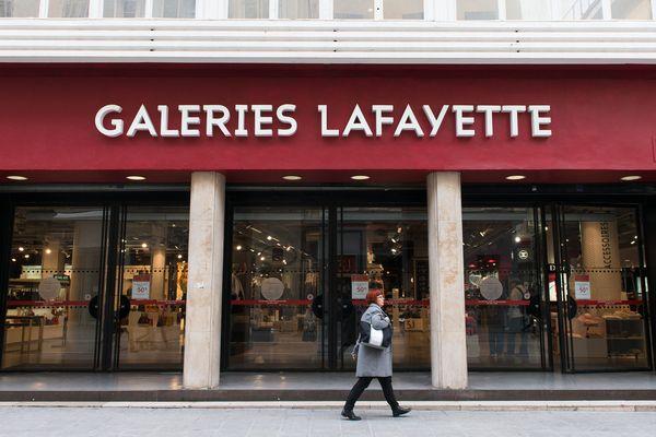 Enseigne emblématique de la rue Saint Ferréol à Marseille, les Galeries Lafayette baissent définitivement le rideau.