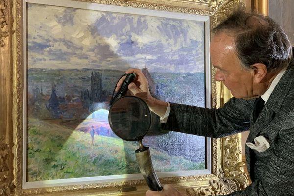 Ce tableau de Claude Monet représente l'entrée de la ville de Dieppe. Il l'a peinte en février 1882.