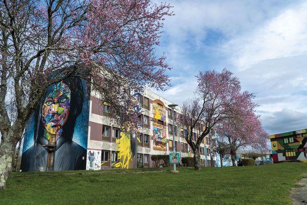 En 3 ans, les 22500 m2 de façades ont été peints par les artistes. Les prochains résidents vont commencer à recouvrir d'anciennes fresques de 2017.