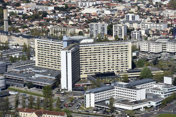 Le CHU de Bordeaux a déclenché son plan blanc le 2 novembre, qui permet de déprogrammer des opérations et soins afin d'accueillir les patients malades du coronavirus.