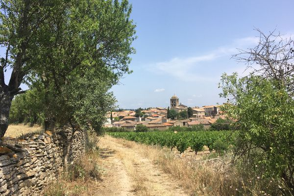 Vue sur la Livinière. Avec ses vignes et son clocher emblème de l'appellation AOC Minervois La Livinière.
