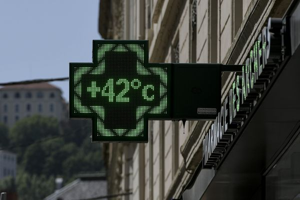 Le 26 juin dernier à Lyon: le thermomètre d'une pharmacie rue des Archers indique une température de 42 degrés