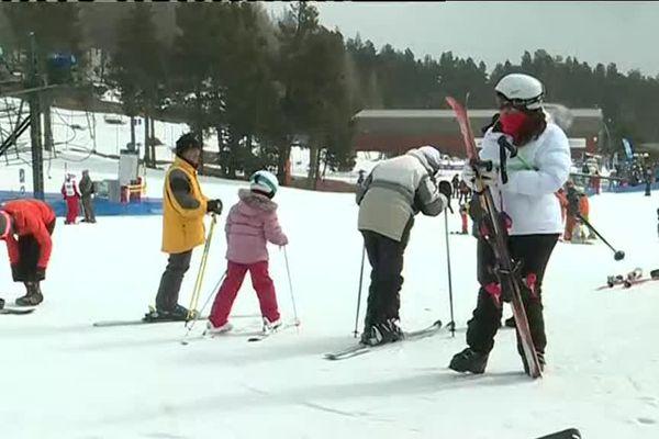 Dernier week-end de ski dans la station des Pyrénées à Font Romeu. Une très bonne année avec beaucoup de neige et de skieurs. Le chiffre d'affaires de la station est en hausse de 10 % par rapport dernière.
