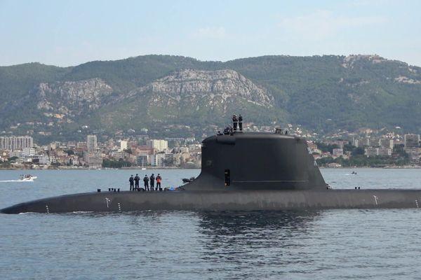 Le sous-marin nucléaire d'attaque, le Suffren, dans la rade de Toulon