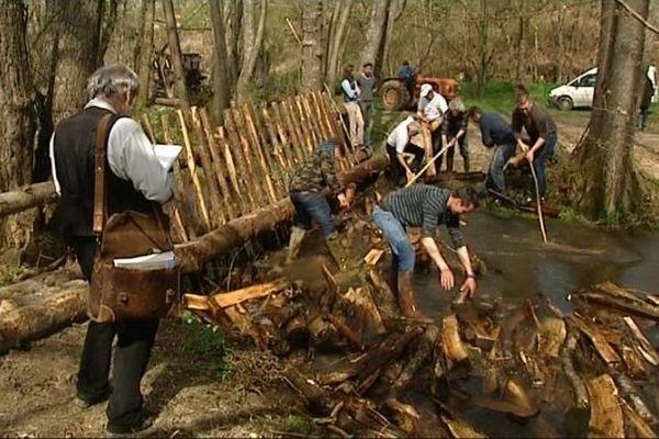 Une illustration du travail qu'effectuaient les flotteurs de bois autrefois