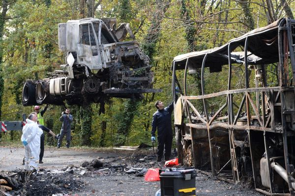 L'accident de Puisseguin qui aviat fait 43 morts, les enquêteurs sur place le 26 octobre 2015 (Gironde)
