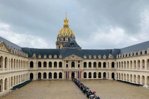 Le public est venu nombreux pour rendre hommage à Jacques Chirac, ancien président de la République et maire de Paris, ce dimanche aux Invalides.