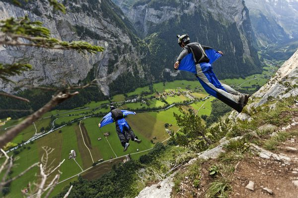"""Les base jumpers utilisent parfois des combinaison """"wingsuit"""" pour s'élancer d'une falaise, comme ici en Suisse. Le déclenchement du parachute dorsal freine l'atterrissage."""