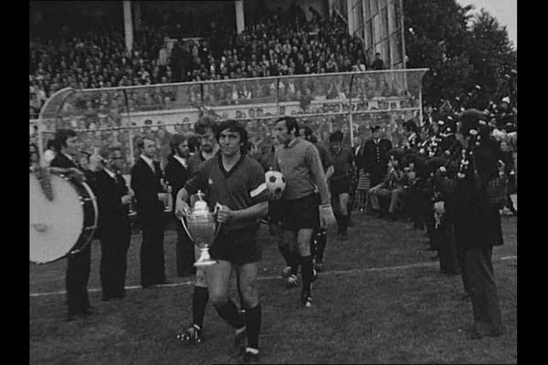 Louis Cardiet avec le trophée à Rennes, quelques jours après la victoire, lors d'un match de championnat... face à Lyon
