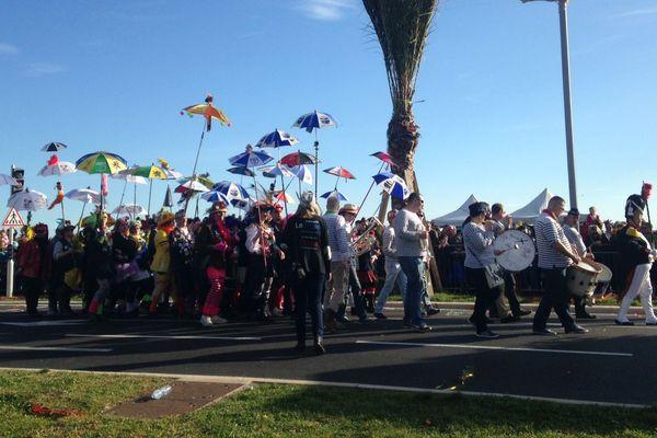 Une soixantaine de masquelours dunkerquois défilent au carnaval de Nice.