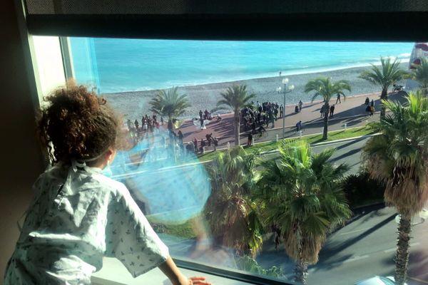 De leur fenêtre à l'hôpital Lenval, les enfants profitent du spectacle.