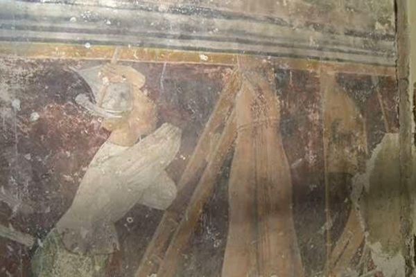 La fresque a été découverte sur l'un des murs latéraux de l'église.