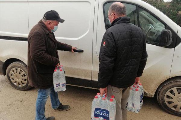 Comme dans plusieurs communes de Charente, une distribution d'eau a été organisée à Gourville pour pallier l'absence d'eau potable du fait des inondations.