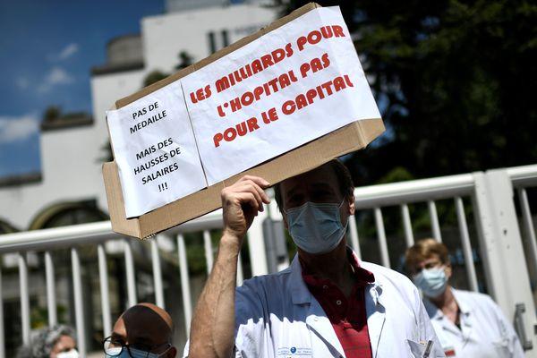 Plusieurs centaines de personnes ont manifesté jeudi 21 mai devant l'hôpital Robert Debré dans le 19e arrondissement.