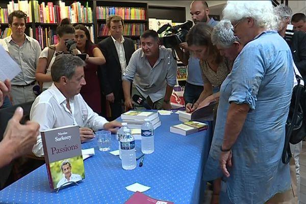 L'ancien président de la République a dédicacé lundi son livre « Passions » à des centaines de fans, nostalgiques de la droite au pouvoir.