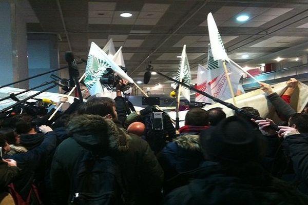 François Hollande au milieu de la meute des agriculteurs en colère et des médias lors de l'ouverture du salon de l'agriculture 2016