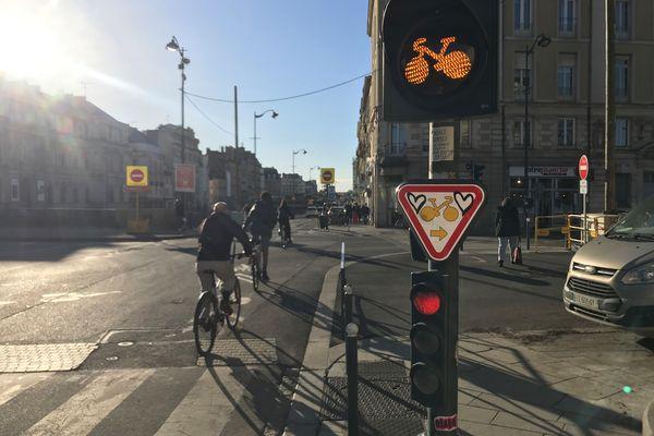 Des feux oranges clignotants sont installés à Rennes, à destination des cyclistes qui peuvent démarrer avant les automobilistes