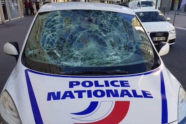Des policiers municipaux, débordés par les agresseurs, ont dû abandonner temporairement les véhicules sur place, dégradés par ces derniers.