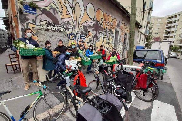 Des coursiers solidaires de Marseille avant une livraison. Il leur manque des vélo cargos pour être plus efficaces !