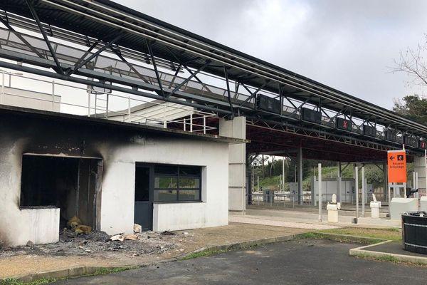 Le péage de Bessan dans l'Hérault a été incendié dans la nuit de mardi à mercredi - 19 décembre