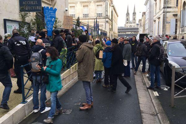 La manifestation des opposants aux bassines réunis devant la préfecture de Niort.