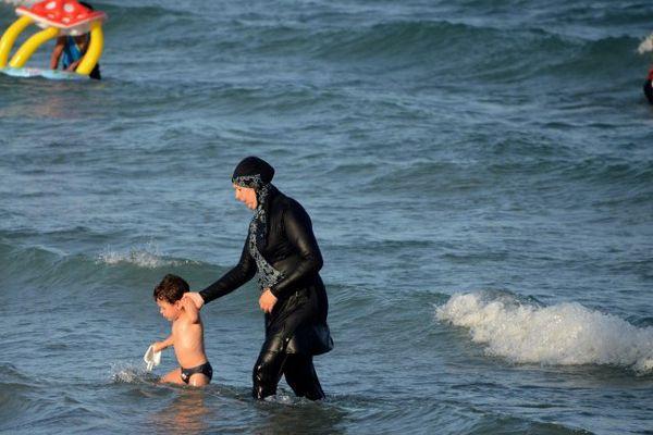 Une jeune femme portant un burkini. Cette photographie a été prise sur une plage en Tunisie (illustration)
