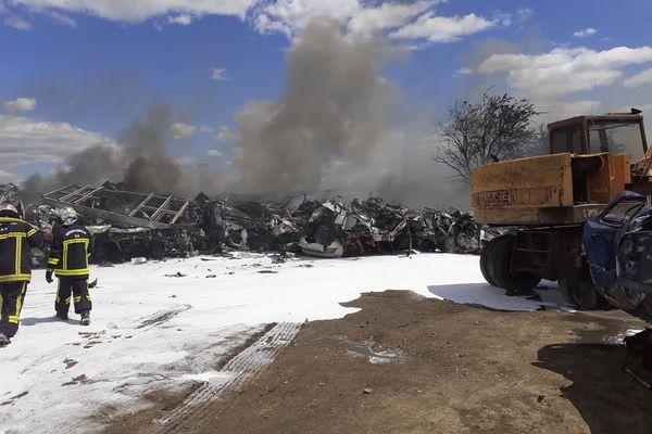 De nombreux véhicules ont pris feu dans une casse-auto à Thezan-les-Béziers.